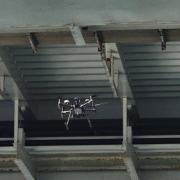 ドローンによる橋下の送電設備の点検箇所の空撮を実施